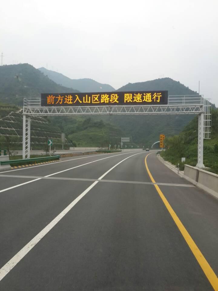 河南高速路上安装的龙门架