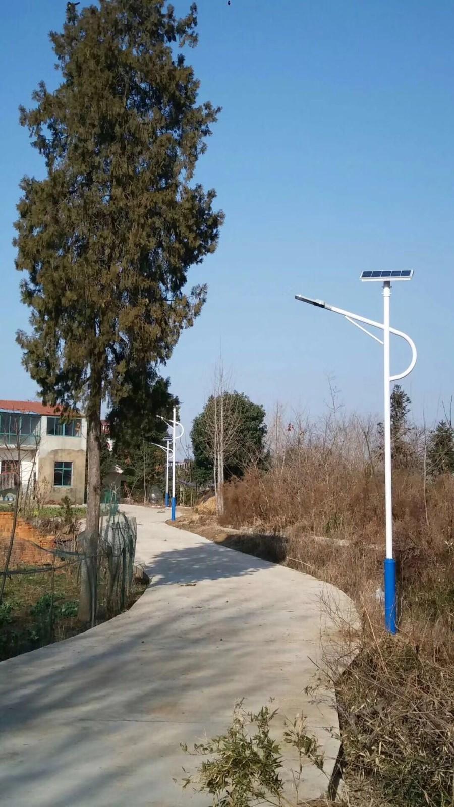蓝白色系哨子臂太阳能路灯