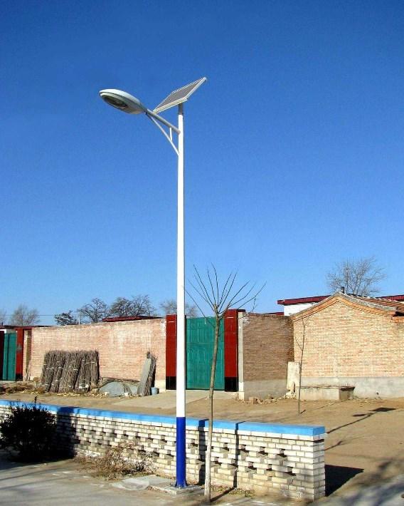 河南新农村道路安装的6米A字臂太阳能路灯