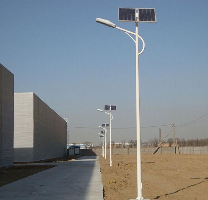 河南某厂区安装的6米双太阳能电池板太阳能路灯
