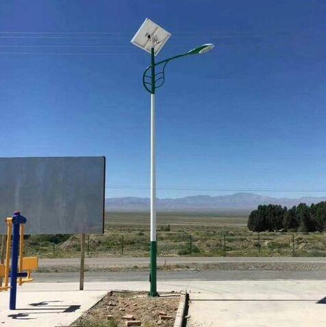 河南省郊区安装的树叶臂太阳能路灯