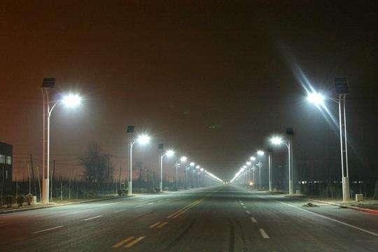 河南郑州夜晚太阳能路灯
