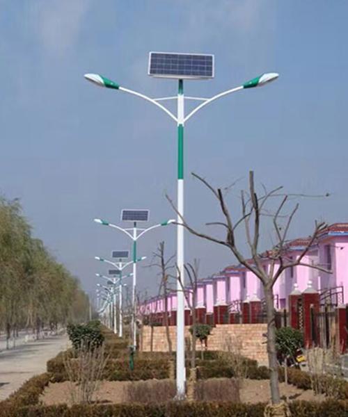 河南郑州郊区安装的双灯头太阳能路灯