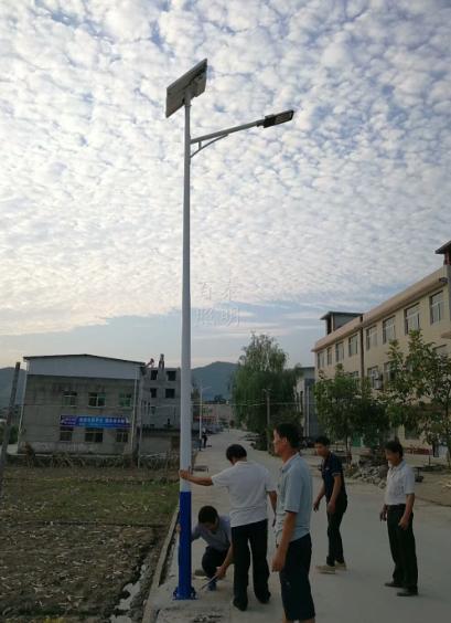 河南郑州太阳能灯厂家安装农村太阳能路灯