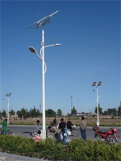河南省郑州市周边某村庄正在安装太阳能路灯