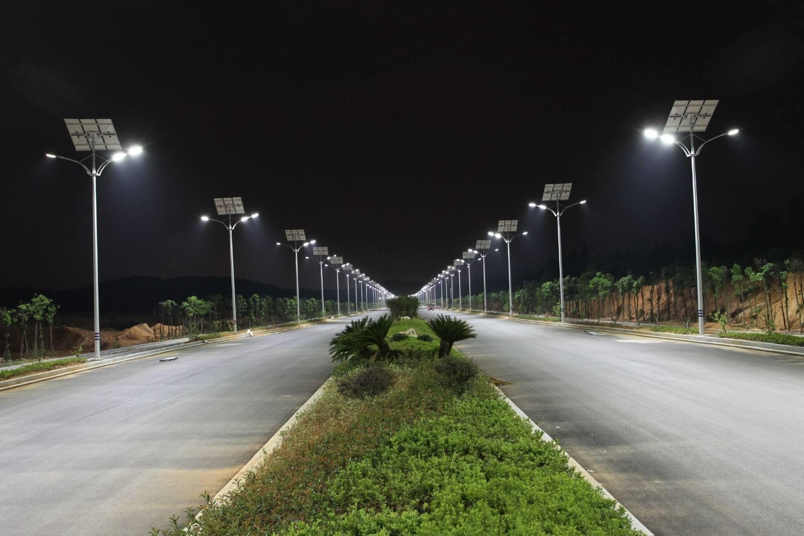 河南省郑州市夜幕下的太阳能路灯正在发光中