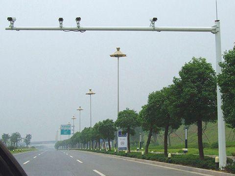 安装在河南郑州道路上的摄像机杆实拍