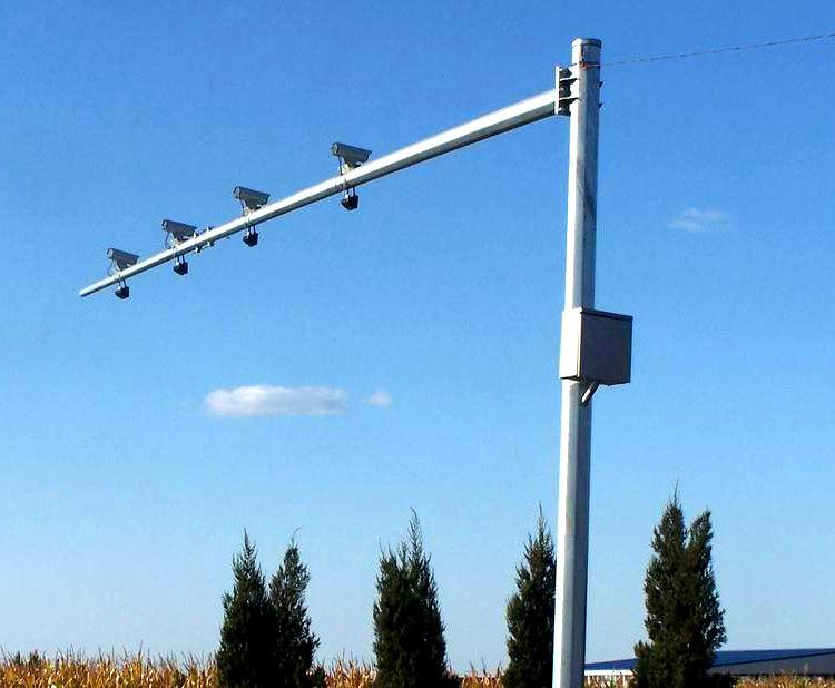 河南郑州城市郊区安装的摄像机立杆