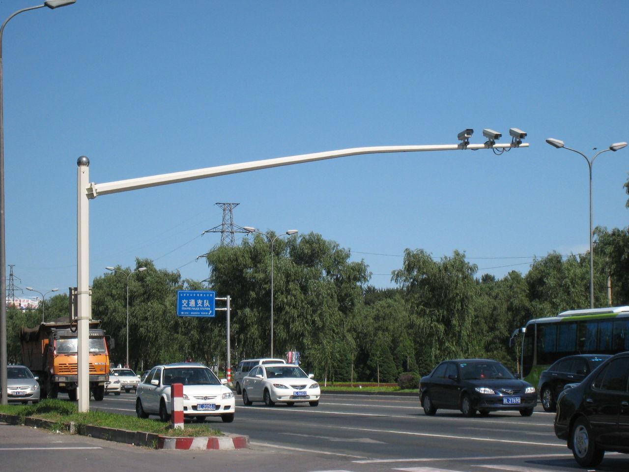 河南省郑州市航海路上的摄像机立杆