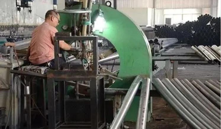 河南路灯厂家的工人正在生产加工路灯