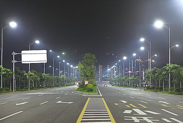 河南省郑州市城市街道上面的LED路灯