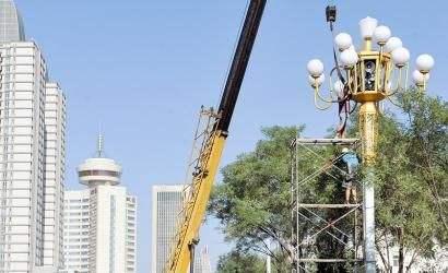 河南LED路灯厂家在郑州文化路吊装中华灯