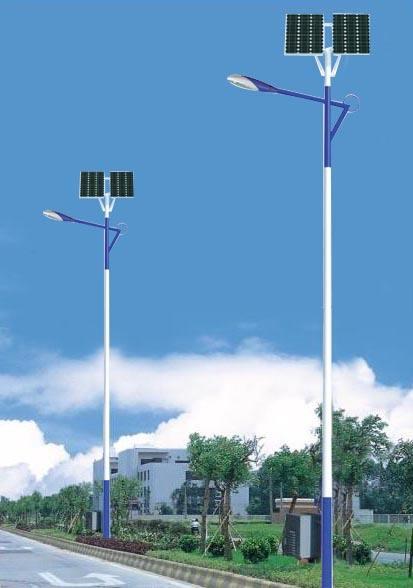 河南太阳能路灯厂家在郑州市安装的6米双太阳能板太阳能路灯