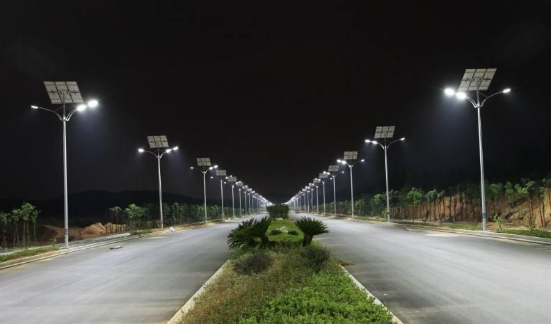 河南太阳能路灯厂家安装的6米双臂太阳能路灯