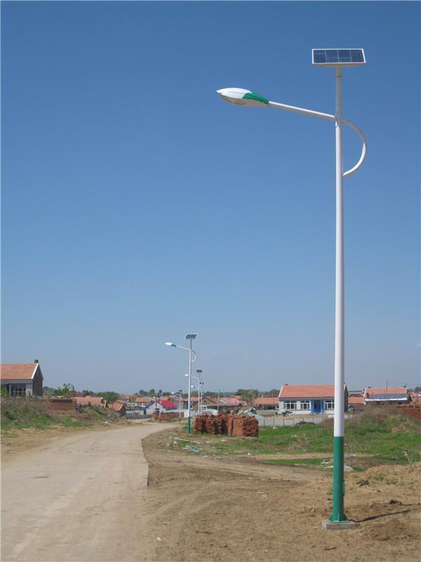 河南省新郑市郊区安装的太阳能路灯