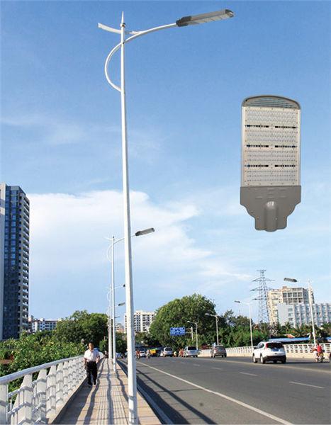 河南省郑州市街道上的LED路灯