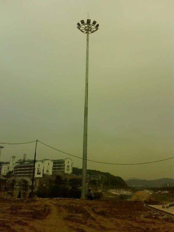 河南省新乡市某工地安装的高杆灯
