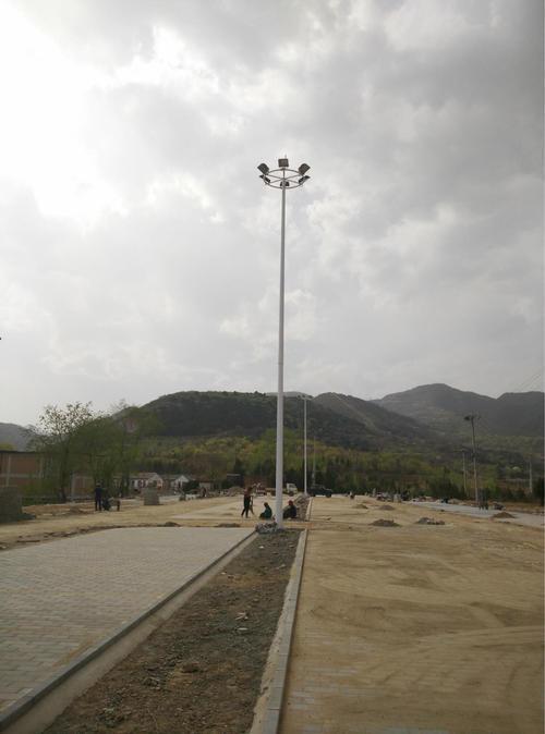 河南省平顶山某乡村工地安装的高杆灯