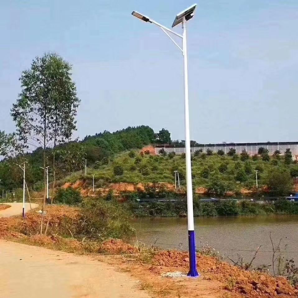 河南省新郑市郊区安装的6米三角臂太阳能路灯