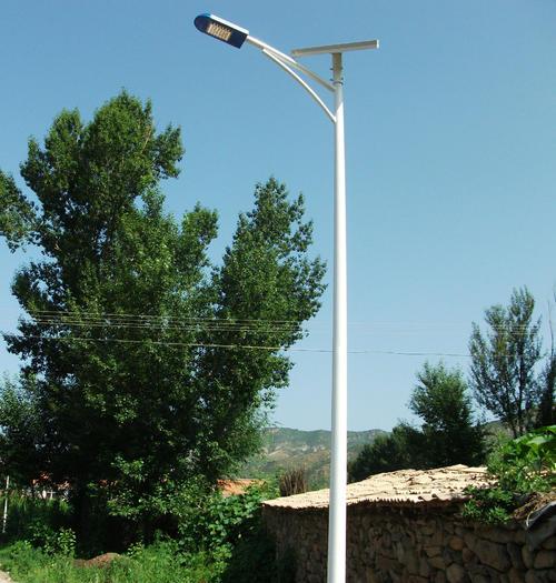 河南省新郑市乡村安装的6米三角臂太阳能路灯近照